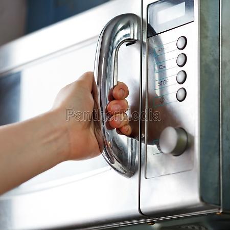 apertura de puerta del horno microondas