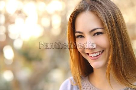 retrato de una bella mujer feliz