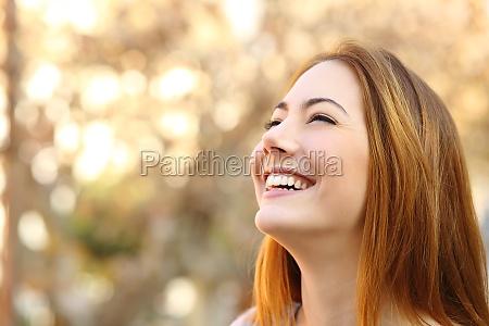 retrato de una mujer de risa