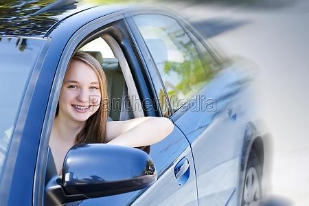 adolescente aprendiendo a conducir