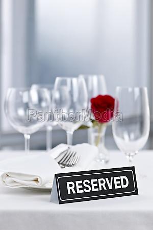 cena romantica con cartel reservado