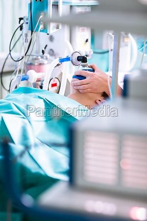 anestesia paciente bajo anestesia respirando
