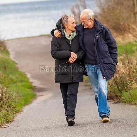 pareja mas vieja feliz da un