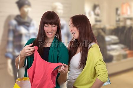 las mujeres jovenes de compras para