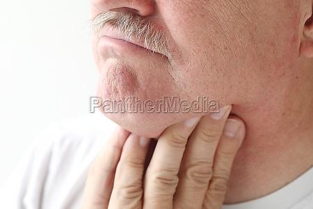 primer plano del hombre con dolor