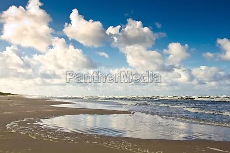 playa de arena en el mar