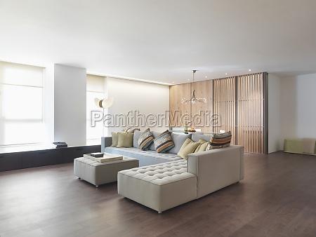 minimalista sala de estar con pisos