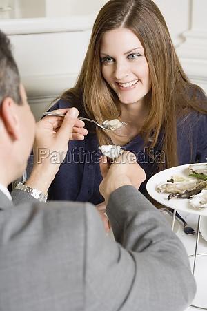 mujer restaurante personas gente hombre risilla