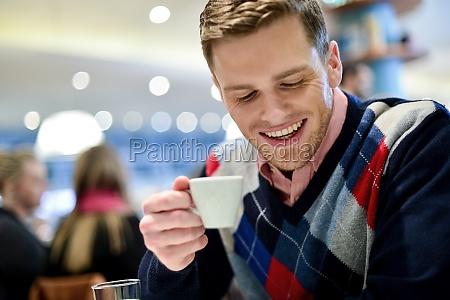 hombre ocasional en cafe con cafe