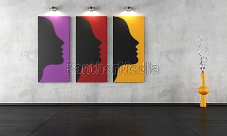 tres pinturas contemporaneas en una habitacion