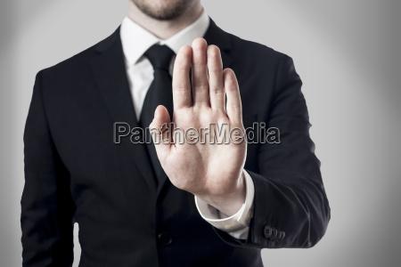 mano ley prohibicion bloqueo abogado ilegal
