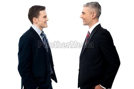 sonriendo empresarios en discusion