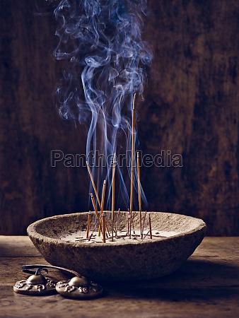 tazon de madera incienso palos de