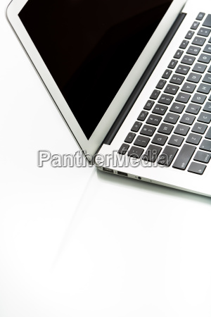 computadora portatil moderna en blanco