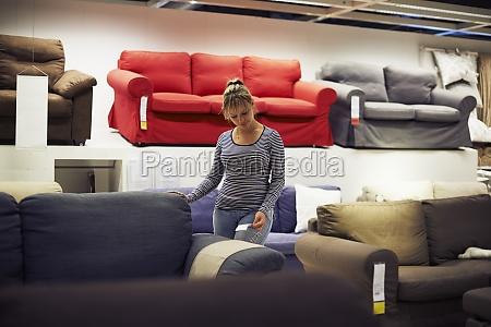 mujer que compra muebles y decoracion