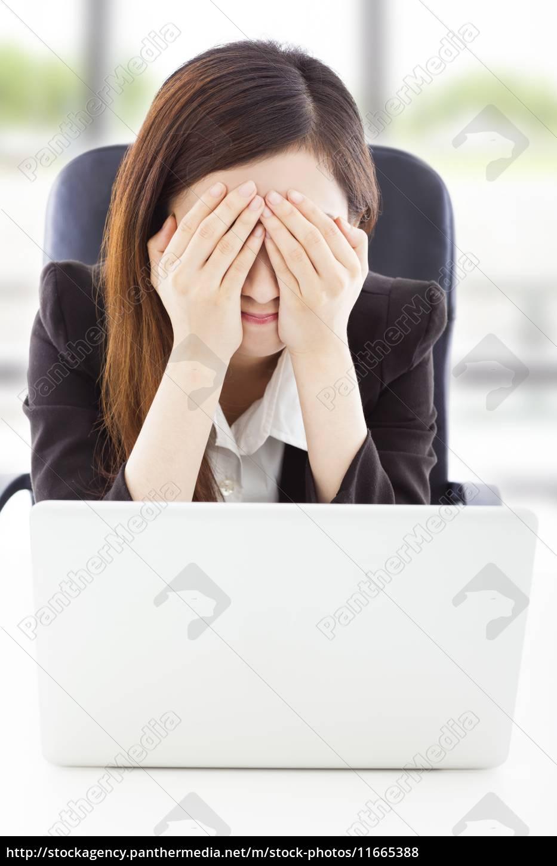 joven, mujer, de, negocios, se, siente - 11665388
