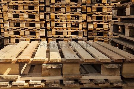 transporte euros eur apiladas de madera