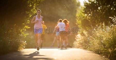 mujer, joven, corriendo, al, aire, libre - 11700000