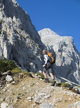 mujer mujeres montanyas senderismo mochilero excursion