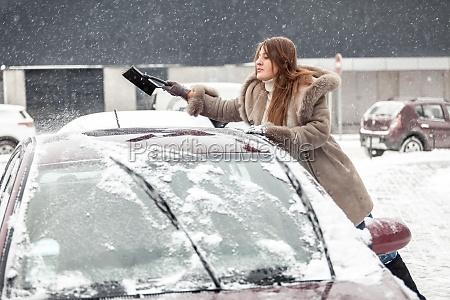 mujer invierno coche carro vehiculo transporte