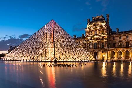 el louvre monumento de paris