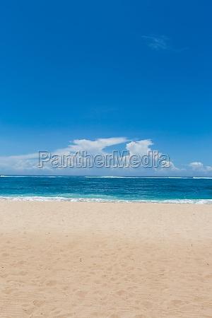 hermosa playa de arena solitaria en