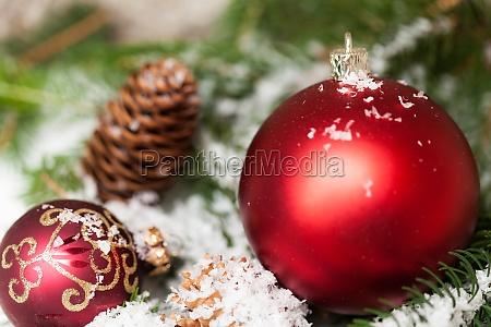 red bolas de navidad entre las