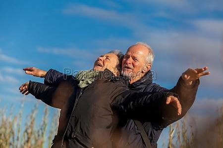 aeldre senior par griner lykkeligt i