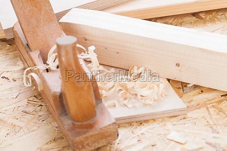 cepilladora con virutas de madera en