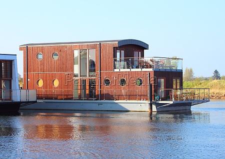 casa flotante de madera de dos