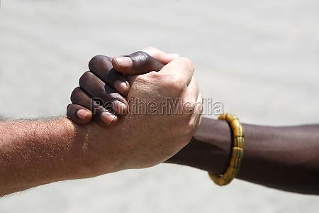 saludo de mano entre un caucasico