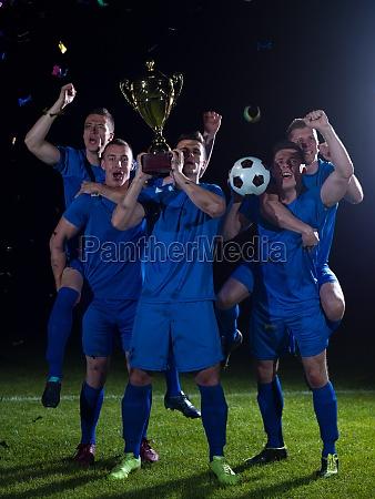 futbolistas que celebran la victoria