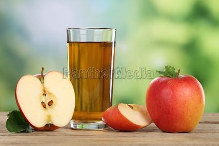 zumo de manzana con manzana roja
