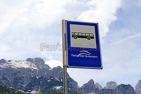 parada de autobus en las montanyas