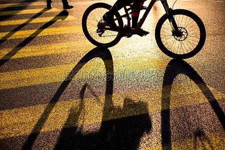 biker ciclista en un cruce