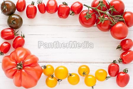 marco de tomates coloridos
