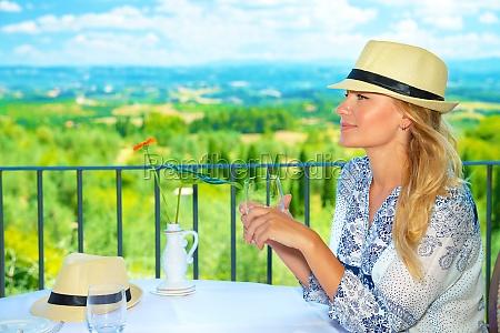 viajero ninya en el cafe al