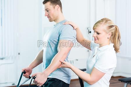 fisioterapeuta trata a los pacientes en