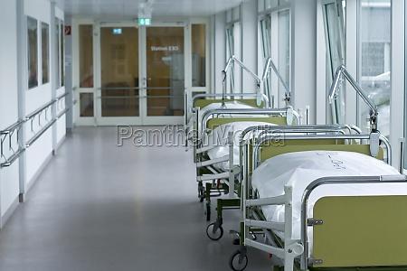 pasillo del hospital con camas