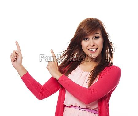 hermosa, mujer, en, rosa, apuntando, al - 12109676