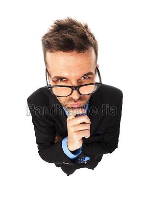 hombre de negocios enojado con gafas