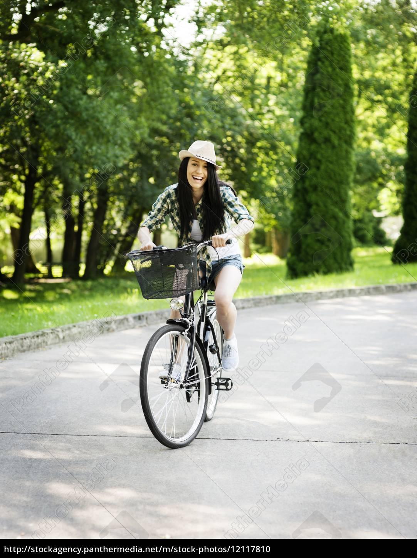 feliz, joven, montando, en, bicicleta, en - 12117810