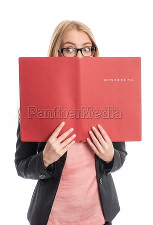 mujer con portafolio de aplicaciones