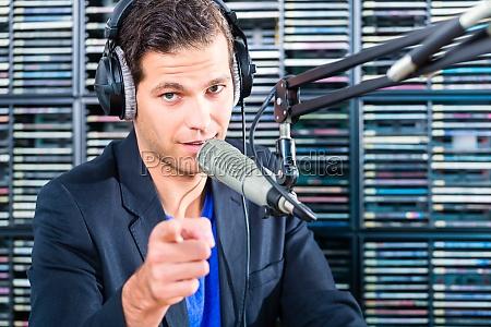 locutor de radio en el aire