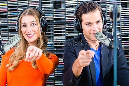presentadores de radio en emisoras de