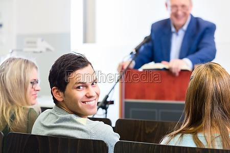 los estudiantes en la sala de