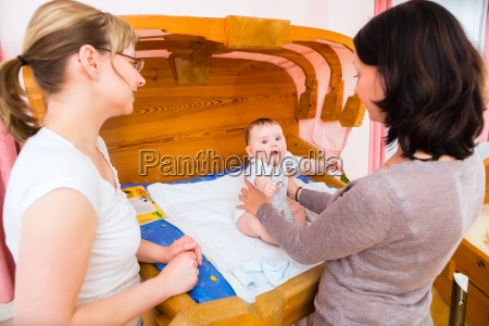 la comadrona examina al bebe