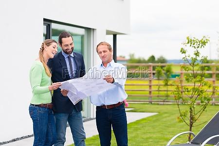 pareja planea edificio de casa con