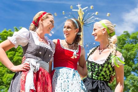 las novias asisten al festival folclorico