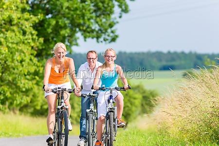 familia montar un paseo en bicicleta